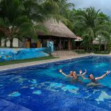 Badespass im Swimmingpool des Hotels Paradise Inn in Las Lajas.